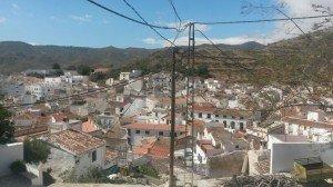 Stromkabel über den Häusern