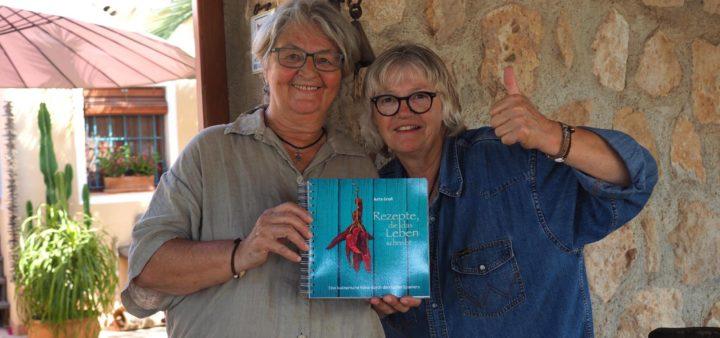 Jutta und Almut mit dem spanischen Kochbuch
