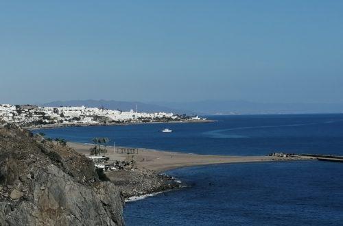 Strand und Felsenküste