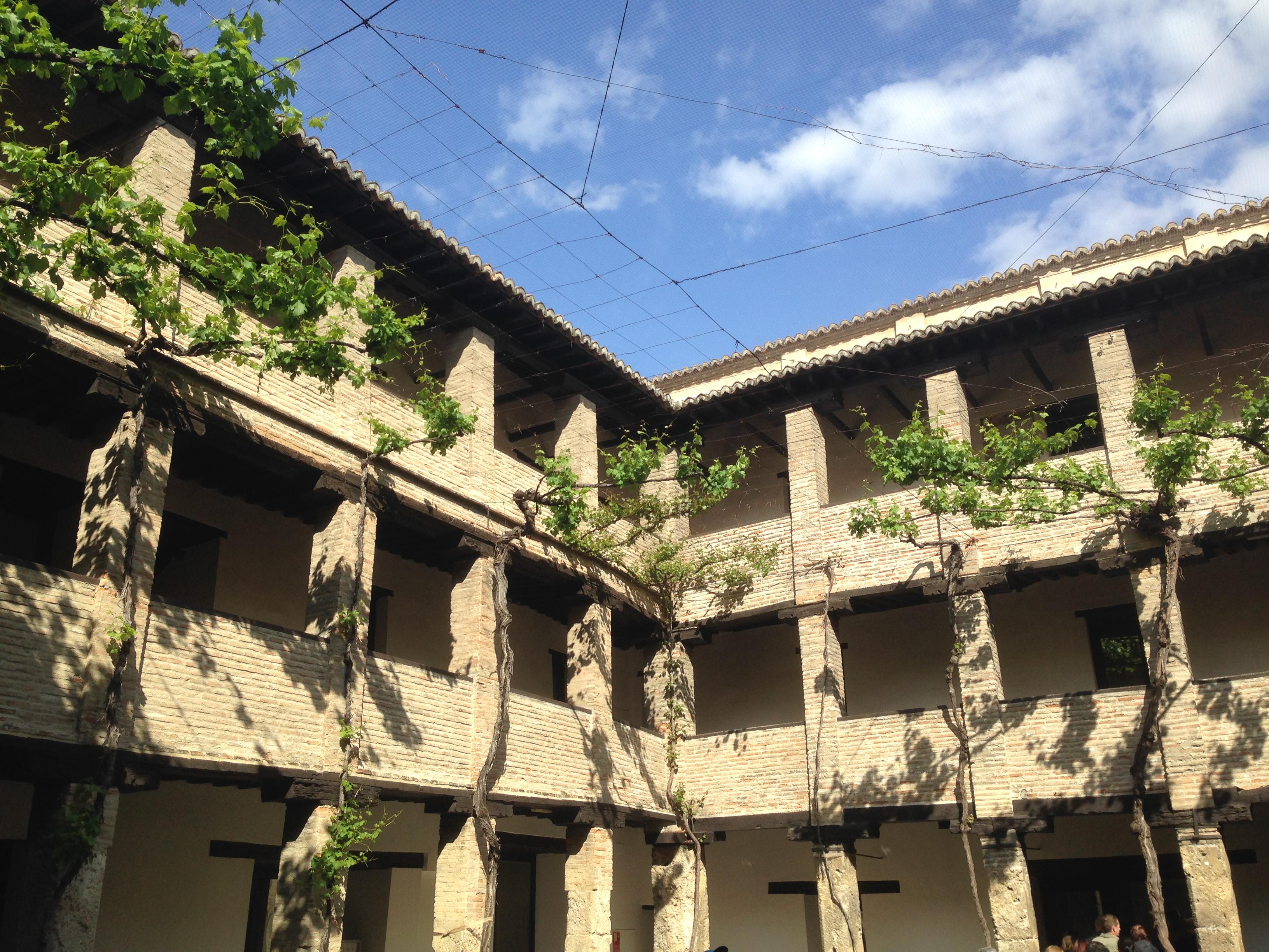 Die Geschichte von Andalusien und der maurische Einfluss ist an diesem Gebäude erkennbar. Ein Patio ist noch heute sehr beliebt.