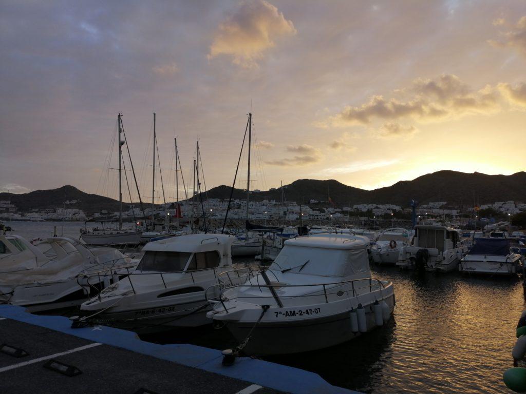 Kleiner Hafen von San José mit Booten
