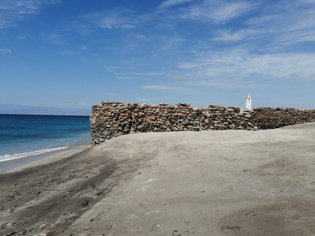 Strand von San Miguel mit Salinenkirche
