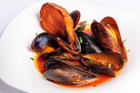 Tapas mit Meeresfrüchten - hier Miesmuscheln in Tomate und Knoblauch