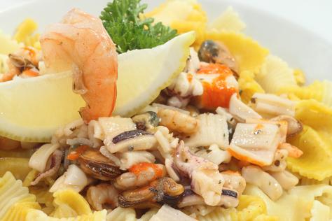 Tapas mit Meeresfrüchten hier pulpo, Garnelen und Muschelfleisch