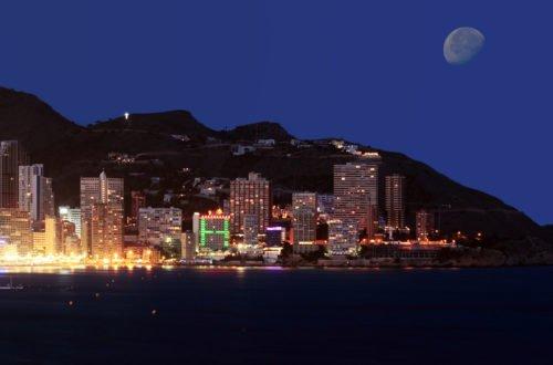 Blick auf Benidorm an der Costa Blanca bei Nacht